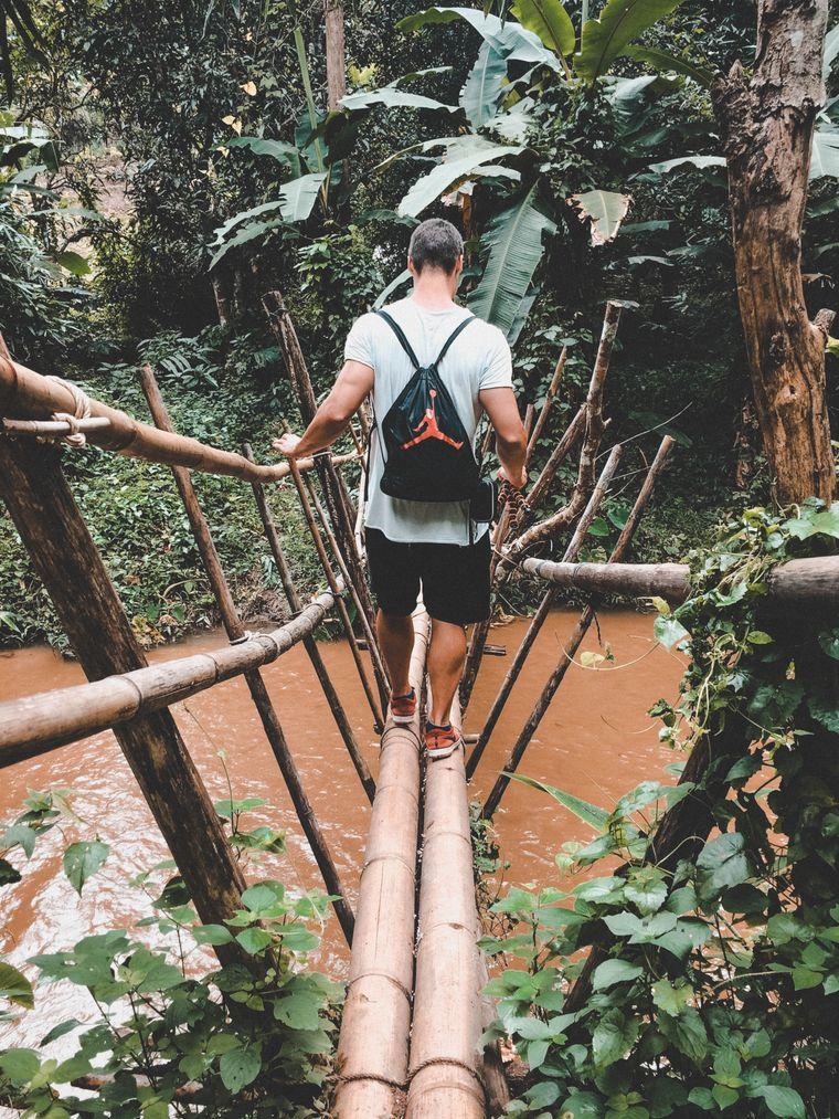 Oleg Burhanau auf einer Brücke aus Bambus im Dschungel bei Pai, Thailand.