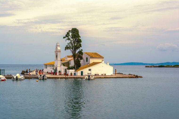 Das Kloster Vlacherna auf der kleinen vorgelagerten Insel von Korfu.