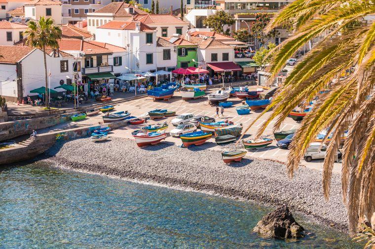 Blick auf die Câmara de Lobos auf Madeira, ein beliebtes Reiseziel in Portugal.
