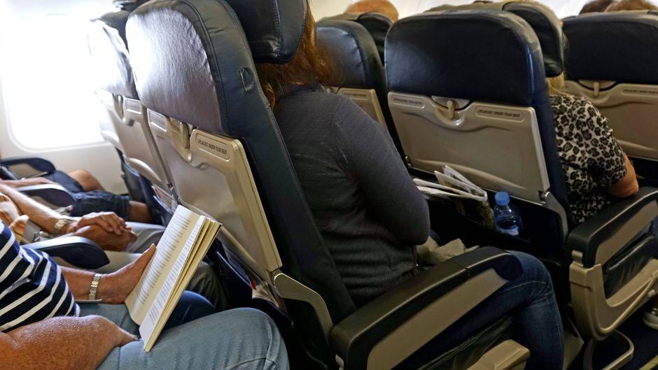 Voll besetzter Ferienflieger, die Beinfreiheit in den Sitzreihen der Economy-Klasse ist begrenzt.