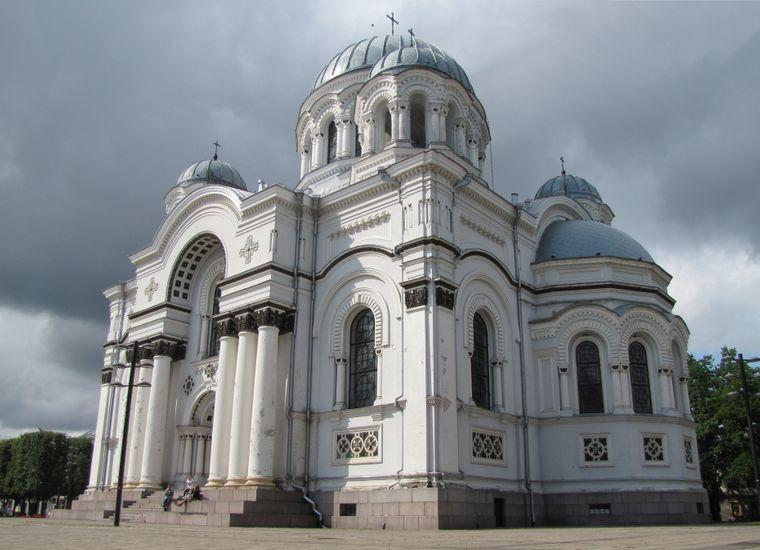 Die fünf silbernen Kuppeln der Kirche sind schon weit über die Stadt Kaunas hinweg sichtbar.