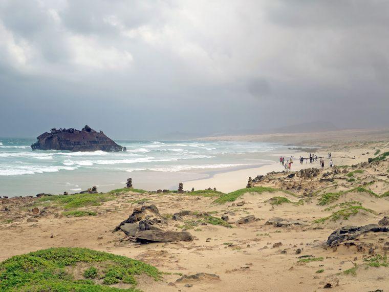 Eine der Hauptattraktionen auf Boa Vista entdeckst du im Norden der Insel an der Boa Esperanca: Vor 40 Jahren lief das spanische Frachtschiff Santa Maria hier auf Grund, das Wrack liegt noch heute vor der Küste und kann besichtigt werden.