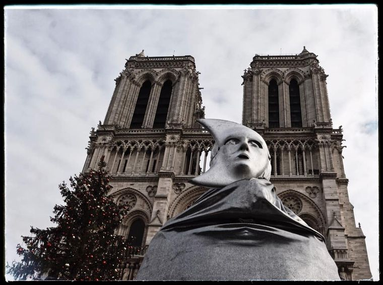 Ein besonderes Foto: Leslie Motz-Erding hat einen Straßenkünstler während der Weihnachtszeit vor Notre-Dame fotografiert.