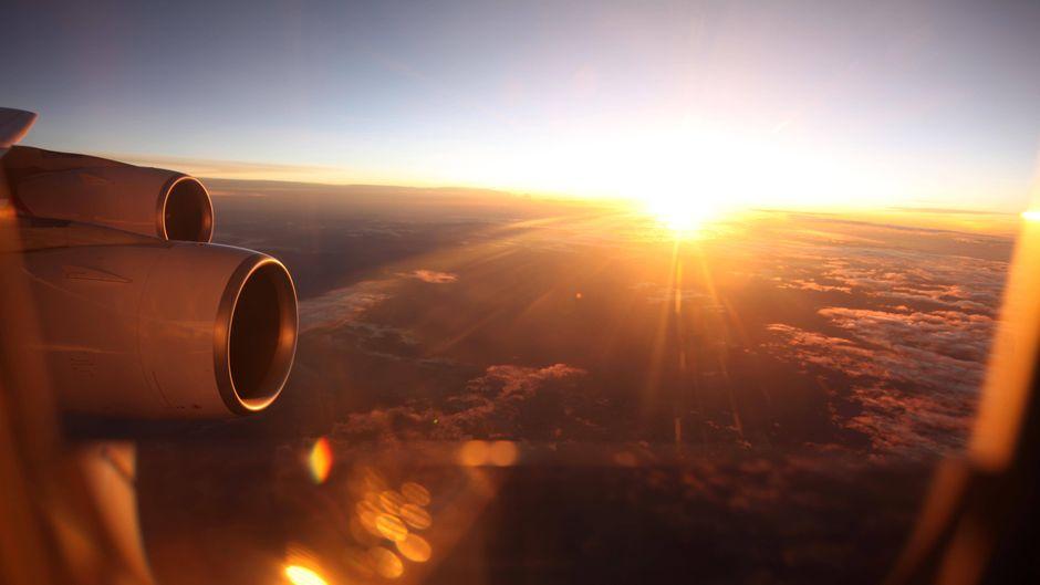 Blick aus dem Fenster im Flugzeug – dabei wollen Reisende ein gutes und sicheres Gefühl haben.