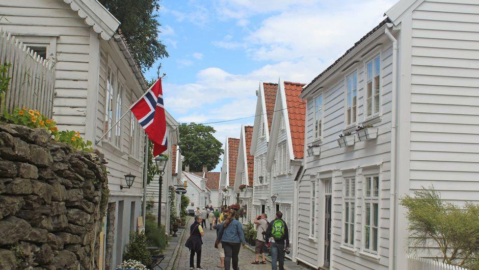 Touristen in der Altstadt von Stavanger in Norwegen.