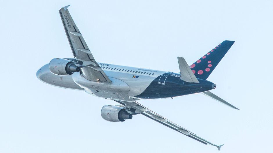 Ein Passagierflugzeug fliegt eine Kurve.