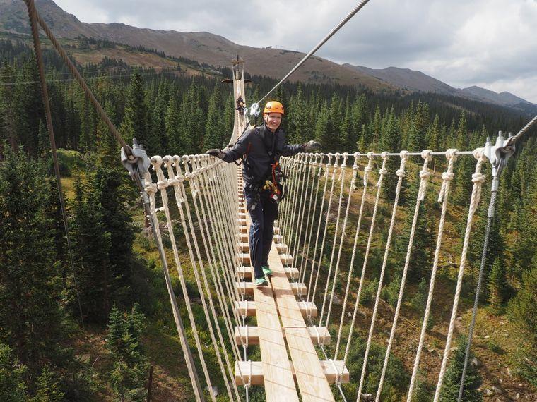 Wer Action sucht, wird im nahen Epic-Discovery-Park fündig, der mit Sommerattraktionen wie dem Zipline-Trail und einer hohen Hängebrücke lockt.