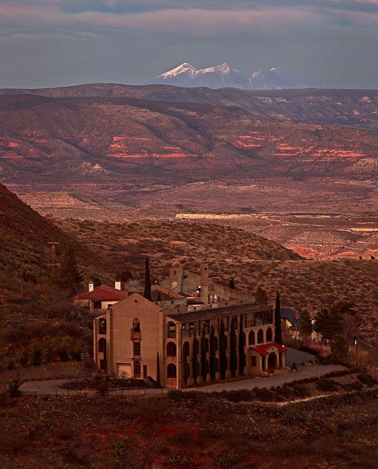 Die verlassene Stadt Jerome kannst du bei verschiedenen Touren erkunden.