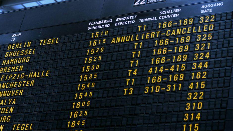 Anzeigentafel Stuttgarter Flughafen – Flug annulliert.
