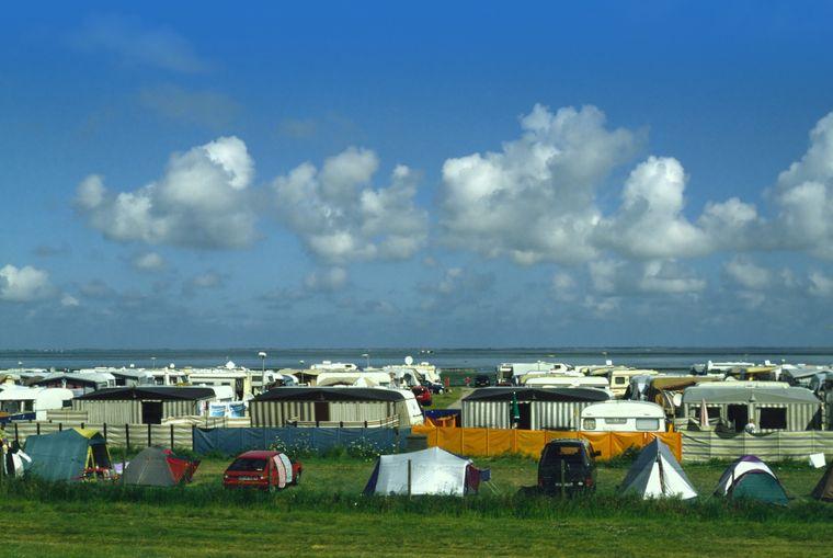 Meerblick inklusive: Campingplatz am Strand von Bensersiel.