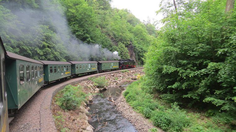 Auf Deutschlands dienstältester Schmalspurbahn geht es seit 130 Jahren mit Dampf durch das malerische Weißeritztal.