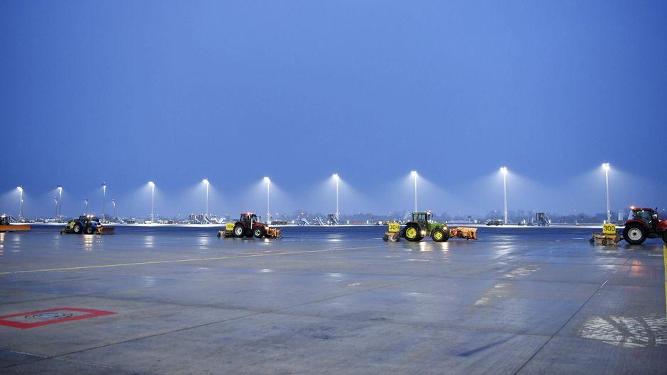 Winterdienst auf dem Münchner Flughafen im Einsatz, Schneeräumung und Enteisung am Vorfeld Ost.