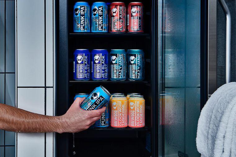 Im Doghouse Bierhotel steht neben der Dusche ein Kühlschrank mit Bier.