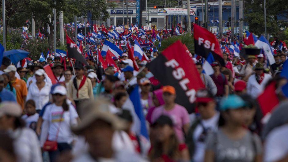 Tausende Demonstranten nehmen an einem Marsch in Managua, Nicaragua, teil.