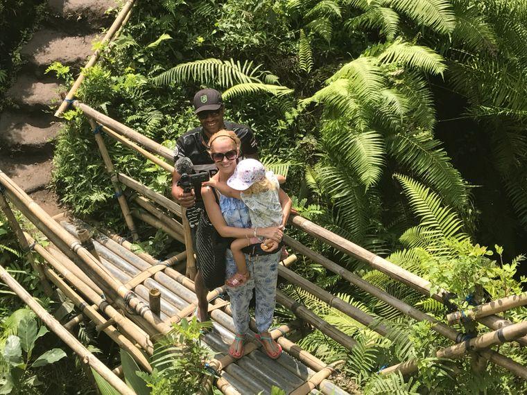 Holger, Sabrina und Leni mit einer Kamera auf Bali.