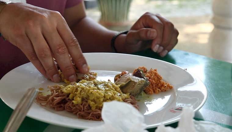 … aßen, wie es sich auf Sri Lanka gehört, mit den Händen…