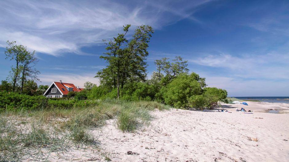 Haufenweise Sand vor der Hütte: Ein Ferienhaus auf der Insel Bornholm.
