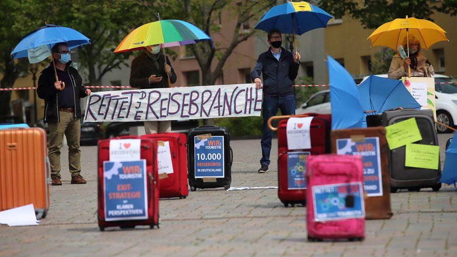 Mitarbeiter von Brandenburger Reisebüros demonstrieren für Staatshilfen aufgrund der Corona-Pandemie.