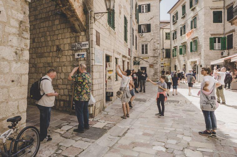 Souvenirs werden am Straßenrand drapiert – vor allem für die Kreuzfahrttouristen.