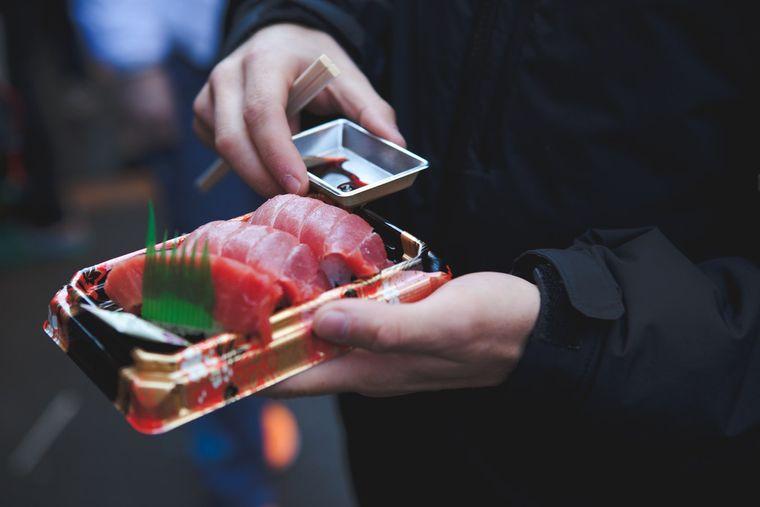 Lass dich von der kulinarischen Vielfalt auf dem Tsukiji-Fischmarkt verzaubern.