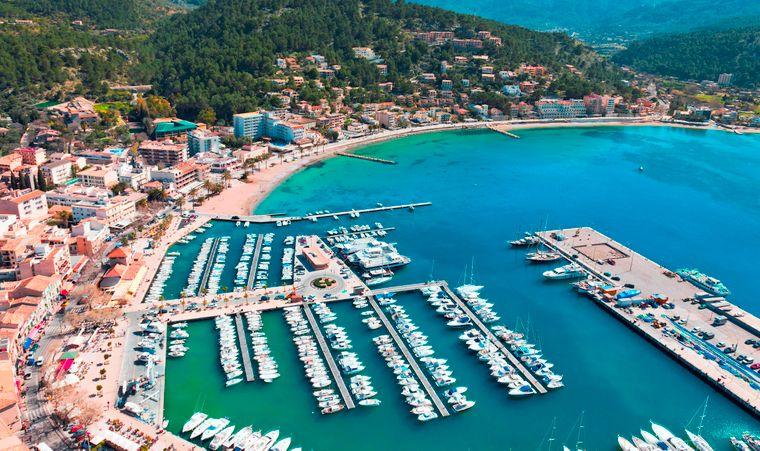 Der Port Soller liegt im Westen Mallorcas.