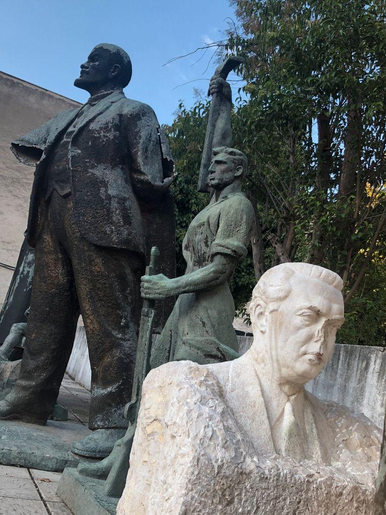 Dem Diktator fehlt die Nase: Enver Hodscha (und manch anderer Politiker von zweifelhaftem Ruf) ist auf einem Hinterhof in Tiranas Zentrum entsorgt worden.