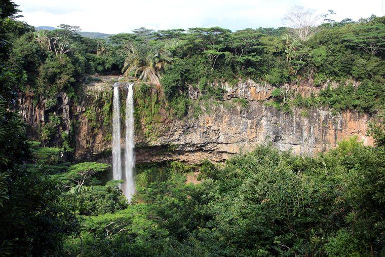 Das Wasser des Chamaral-Wasserfalls stürzt kanpp 100 Meter in die Tiefe.