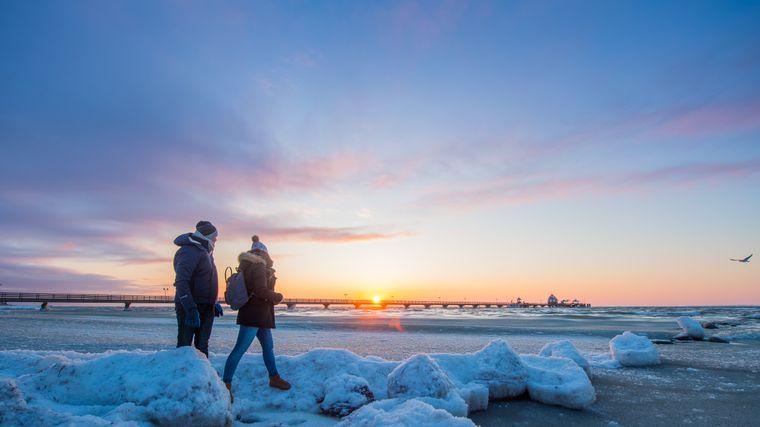 Winddicht eingepackt ist der Strand an der Ostsee auch im Winter ein gutes Ziel für Spaziergänger.