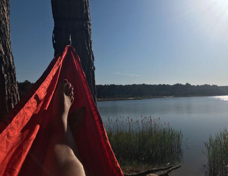 Hängematte an einem See in Brandenburg bei Sonnenschein.