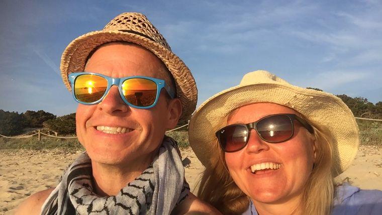 Oliver und Helena Wilhelm im Urlaub am Strand
