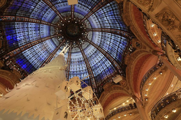 Die beeindruckende Glas-Kuppel im Pariser Kaufhaus Galerie Lafayette.