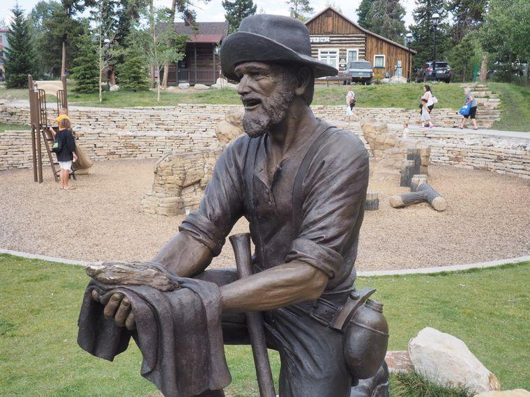 13,9 Pfund schwer war der Goldnugget, den Tom Groves am 23. Juli 1887 in Breckenridge barg - daran erinnert eine Statue in der Stadtmitte.