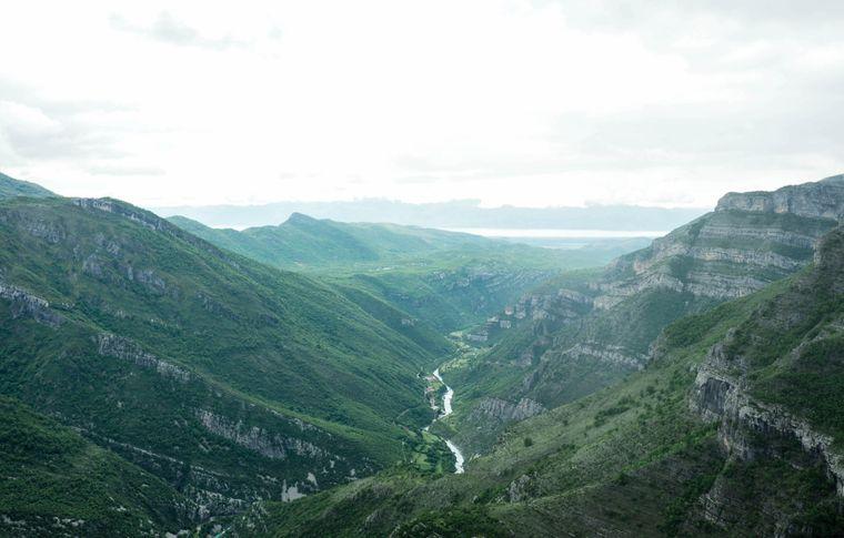Was für eine Aussicht auf die grünen Berge und den Fluss Tara.