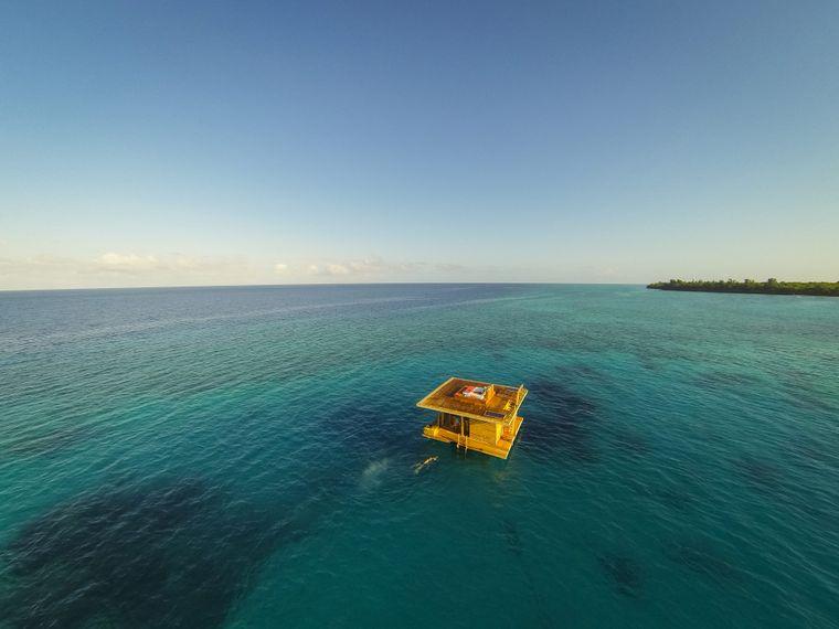 Vor der Insel Pemba in Tansania schwimmt ein Bungalow des Manta-Resorts