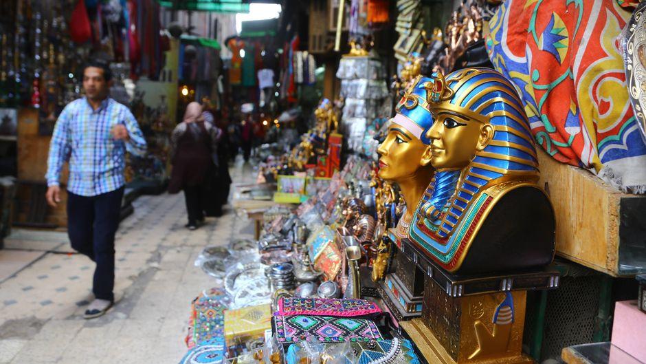 Touristen werden in Ägypten häufig damit bedrängt, Souvenirs zu kaufen und Ausflüge zu machen. Das soll nun ein Ende haben.