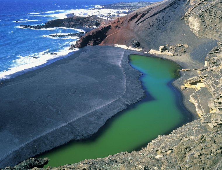 Vulkanischer Strand mit schwarzem Lavasand auf Lanzarote