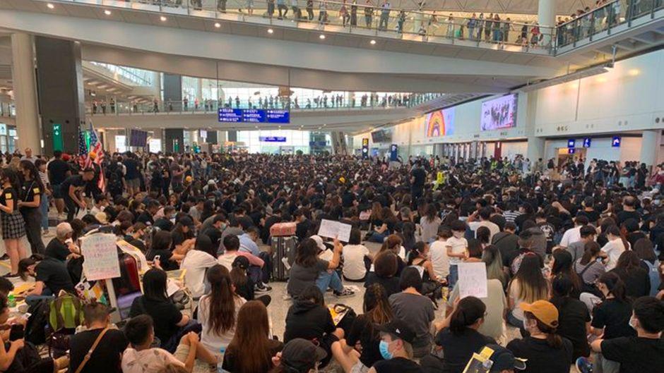 Seit Tagen spielen sich die gleichen Szenen am internationalen Flughafen Hongkong ab – der Airport muss erneut dichtmachen.