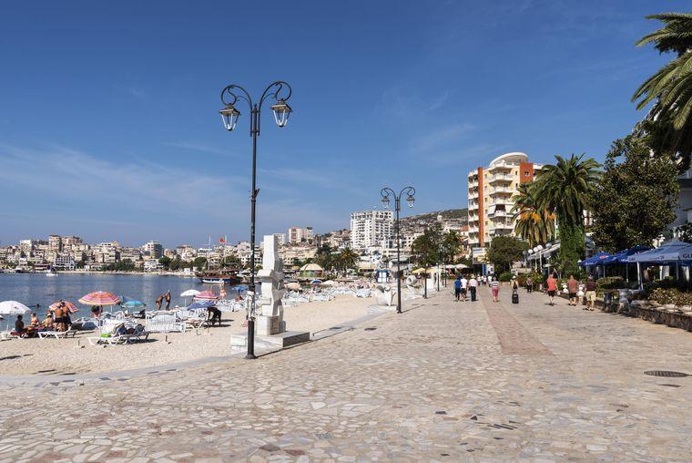 Die Strandpromenade in Saranda – hier machen auch Albaner Urlaub.