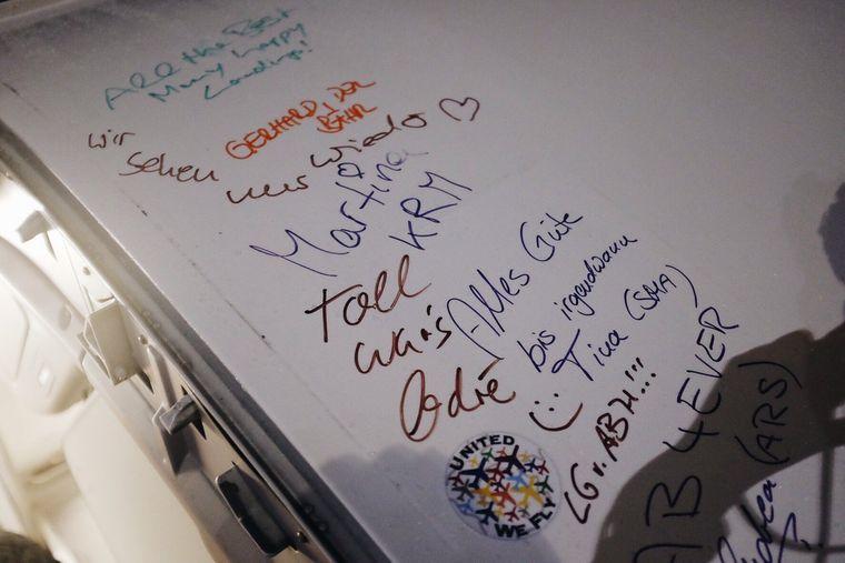 Alle Passagiere des letzten Air-Berlin-Flugs durften auf der Flugzeugtür unterschreiben.