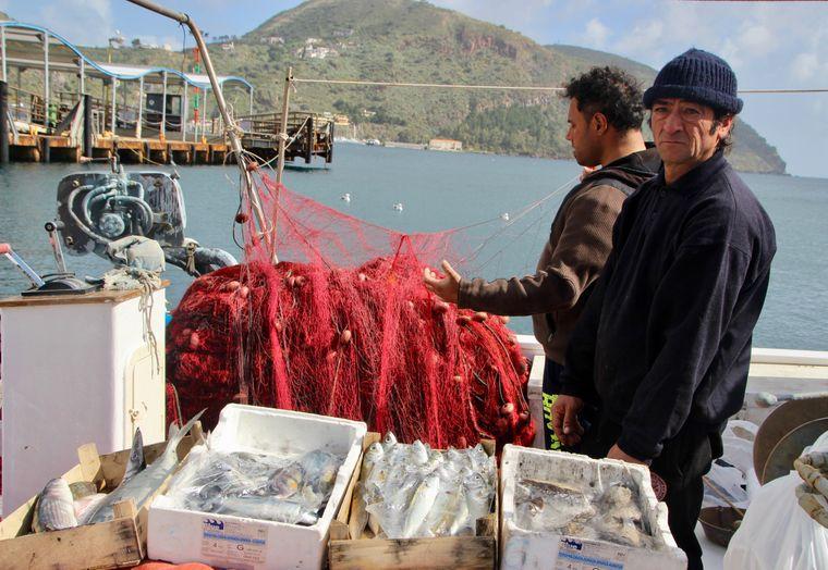 Auf der Hauptinsel Lipari wird der frische Fang direkt von Bord verkauft.