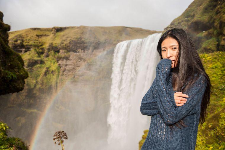 In Island sorgen Geysire, heiße Quellen und Wasserfälle immer wieder für Regenbögen, so wie am Skógafoss-Wasserfall.
