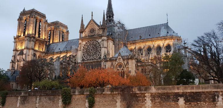 Foto von Notre-Dame im November.