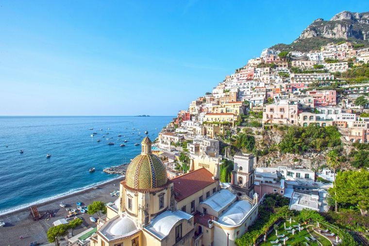Der Klippenort Positano ist ein bekanntes Urlaubsziel mit einem Kieselstrand.