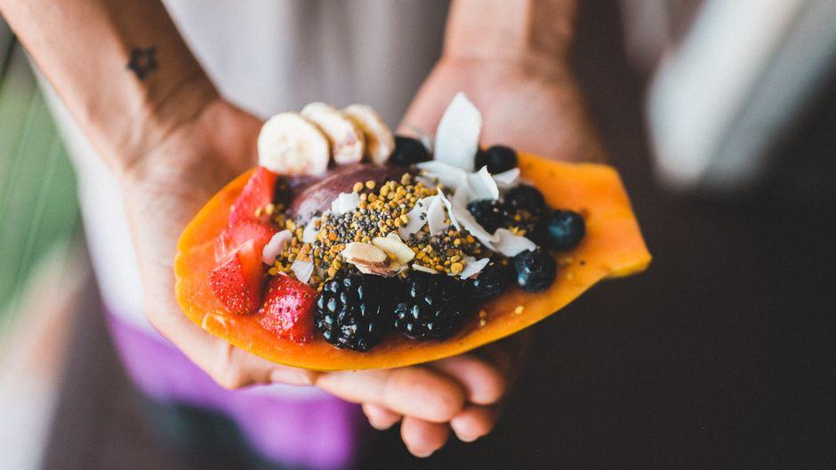 Papaya, gefüllt mit frischen Früchten, in Asien.