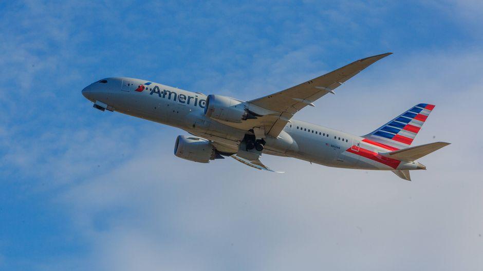 Boeing 787 von American Airlines im Flug.