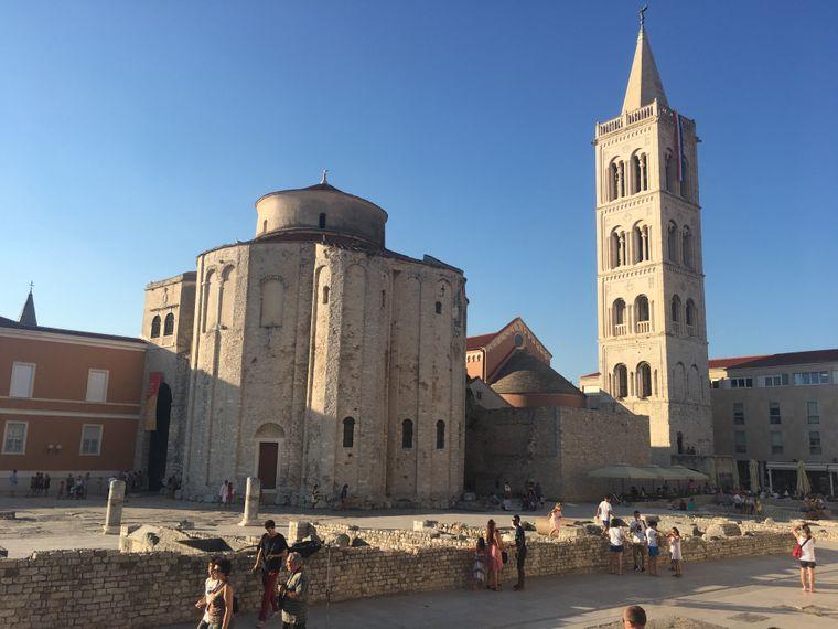 Bei einer Stadtführung lassen sich Ausgrabungsstätten wie die Kathedrale St. Anastasia in Zadar entdecken.