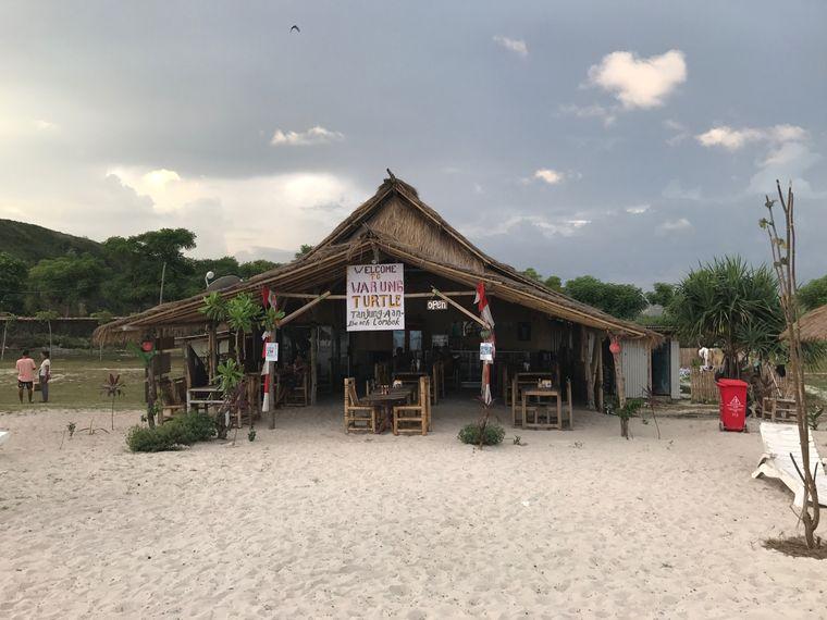 """""""Warung Turtle"""": Wenn du hier Essen bestellst, darfst du die Liegen und Sonnenschirme am Strand kostenlos nutzen."""