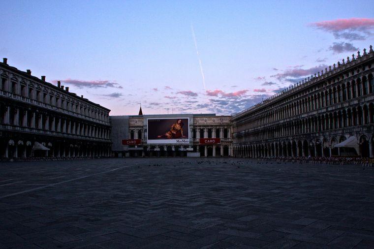 Der leere Markusplatz in Venedig am Abend.