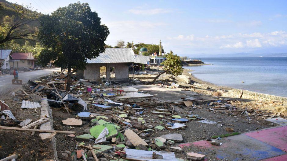 Trümmer bedecken den Strand des Dorfes Lolidondor auf der Insel Sulawesi auf Indonesien.