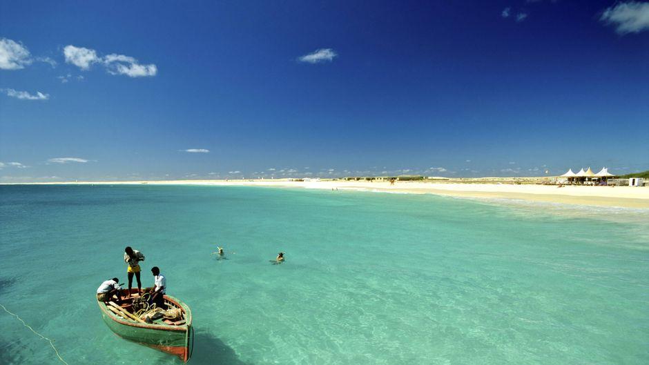 """Dieses Bild haben viele beim Stichwort """"Kapverden"""" im Kopf: ein Fischerboot vor einem paradiesischen Strand."""